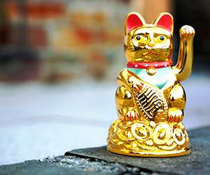 Maneki-neko cat by YesAsia